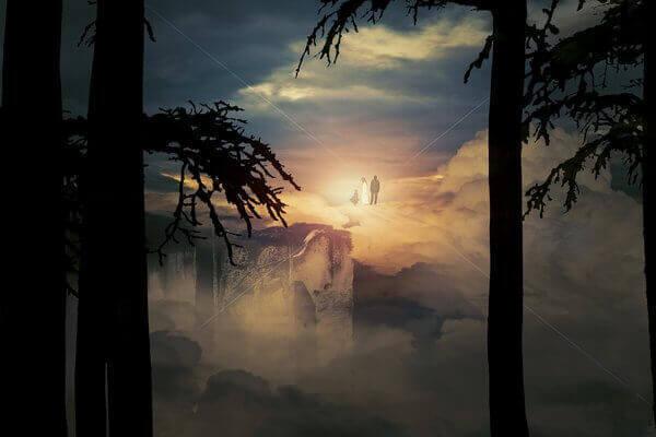 Es una vista de una montana y a lo lejos se mira Jesucristo vestido de blanco y un hombre y un nino con el
