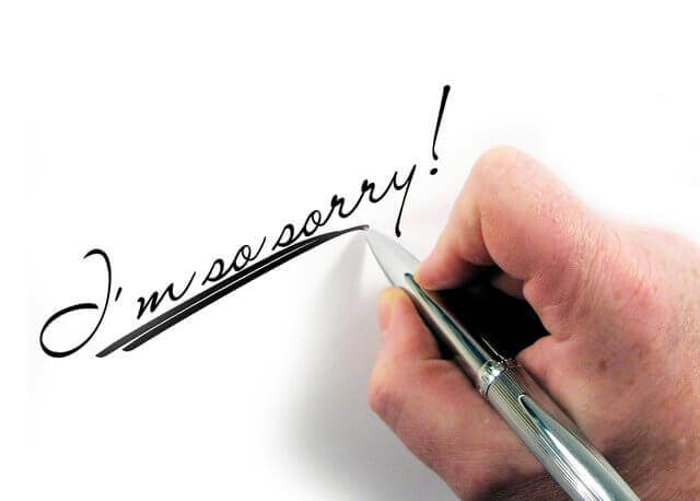 Es una mano escribiendo perdon