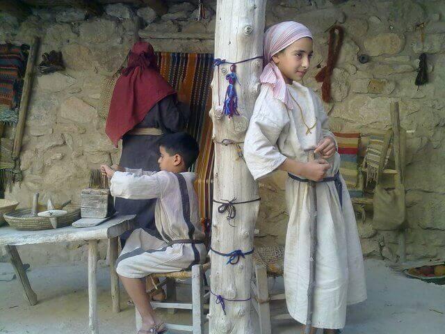 es un padre israelita y sus dos hijos en casa