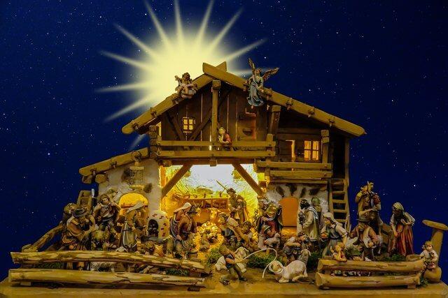 Es un pesebre con Jose y Maria y el nino Jesus y alrededor estan los angeles visitante y animales