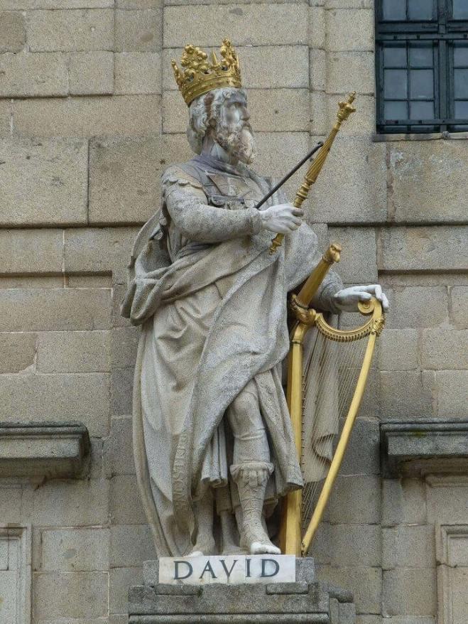 Es una estatua del rey David con su corona, cetro y arpa de color dorado