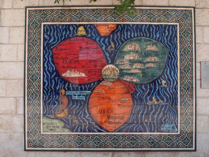 Es un mapa donde ensena todo el mundo y en el centro de todo esta Israel