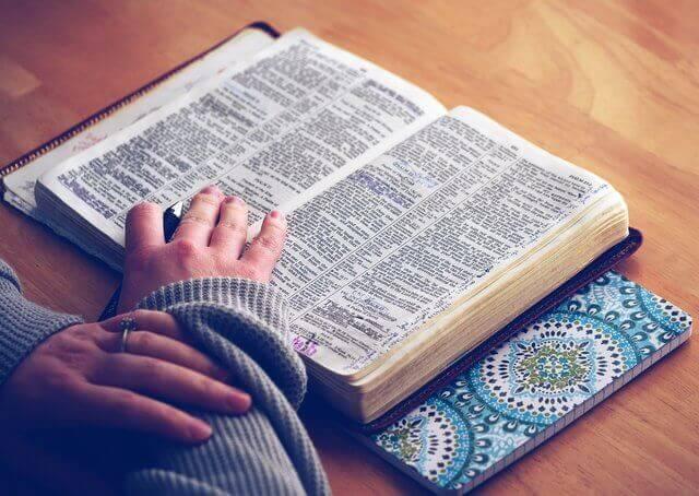Es una Biblia y unas manos