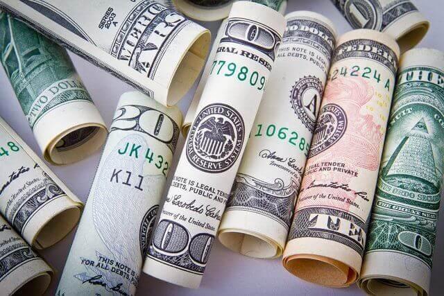 Son varios rollitos de billetes cada uno separado