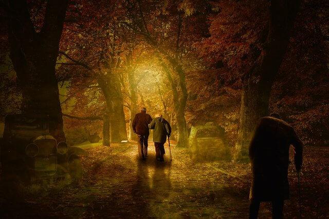 es una pareja de ancianos que van caminando solos