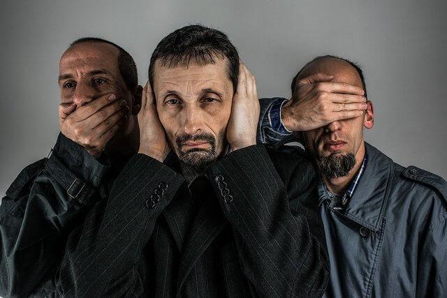 son tres hombres uno con sus manos cubriendo sus oidos el otro cubriendo sus ojos y el ultimo cubriendo su boca