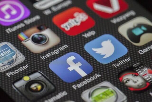 Es una foto donde se miran los botones de todos los medios sociales