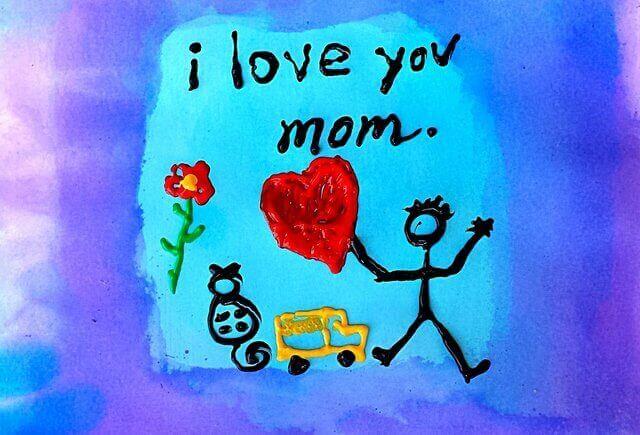 Es un dibujo de un nino que tiene un corazon en la mano y escribio I love you Mom