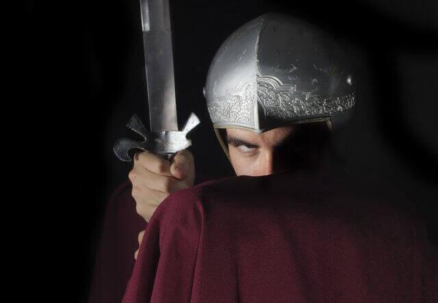 Es un hombre que tiene una espada listo para pelear