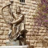 Es la estatua de David conel arpa en Jerusalen