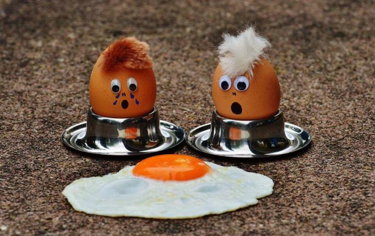 Son dos huevos con ojos viendo a otro huevo estrellado