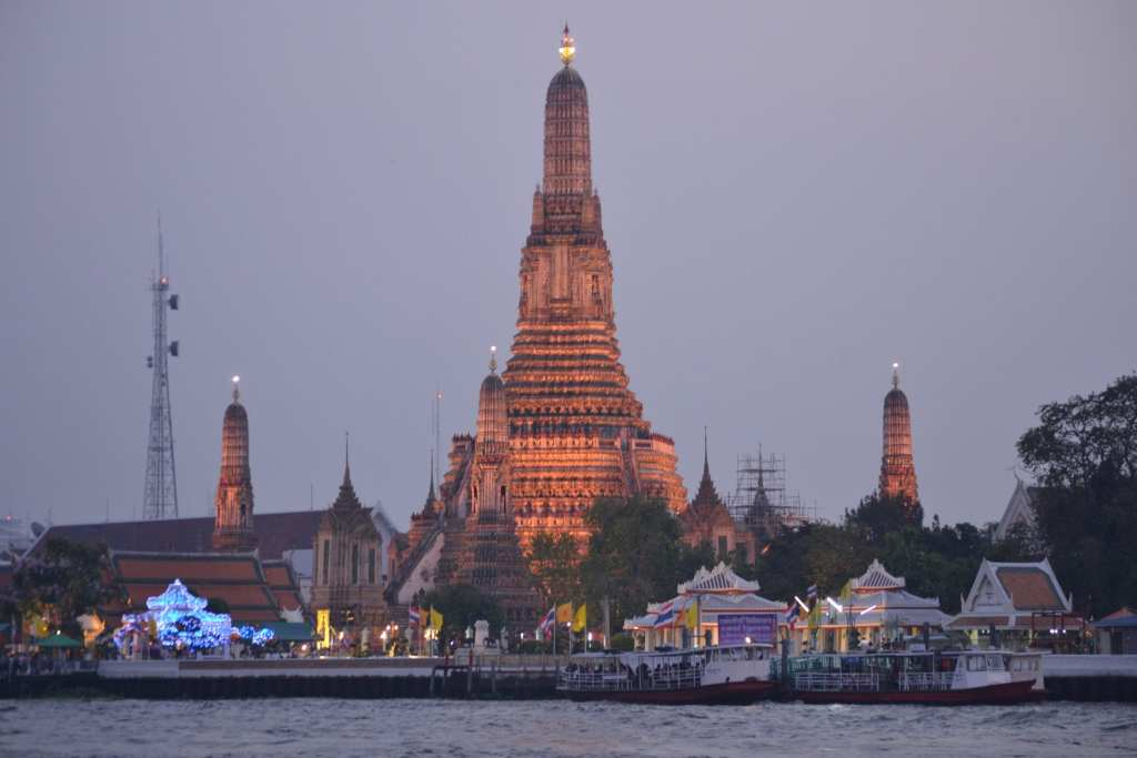 wat arun temple bangkok at dusk