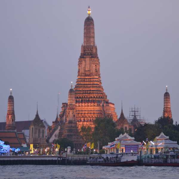 wat arun temple bangkok at dusk