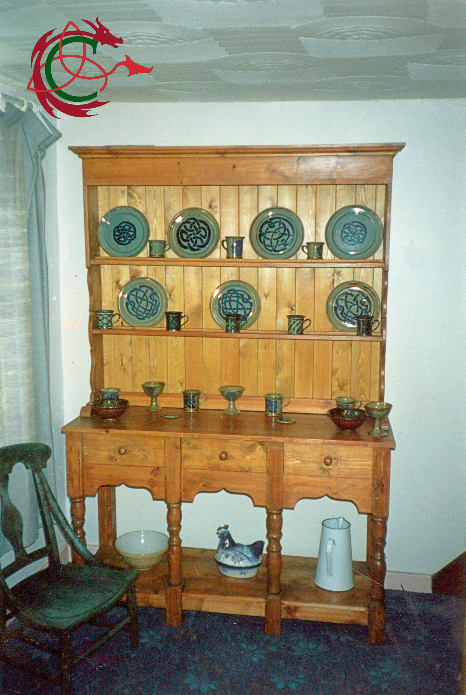 Welsh dresser, Cynon potboard, sideboard and dresser rack with turned legs, decorative scrollwork