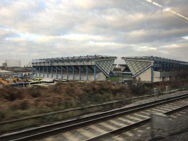 ブリットレール車内から見たスタジアム