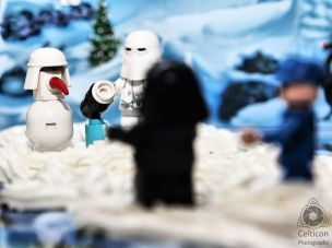 Day 7: Snowman & snowball launcher Today we get this cool little snowman and a working snowball launcher. Now the guys can have some fun on Hoth in their time off. #starwars #lego #advent2016 #celticonphotography