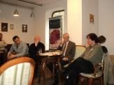 Poetul şi criticul Ion Pop, criticul Cornel Ungureanu, poetul T. Creţu, E. B., cu toţii, în jurul Avangardei.