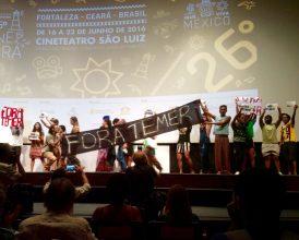 Além de levantar cartazes, público subiu ao palco para expor sua posição