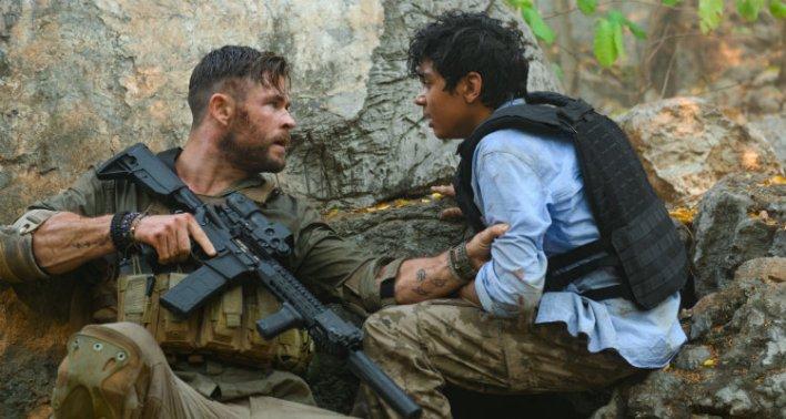 Chris Hemsworth e Golshifteh Farahani em Resgate (Extraction), 2020