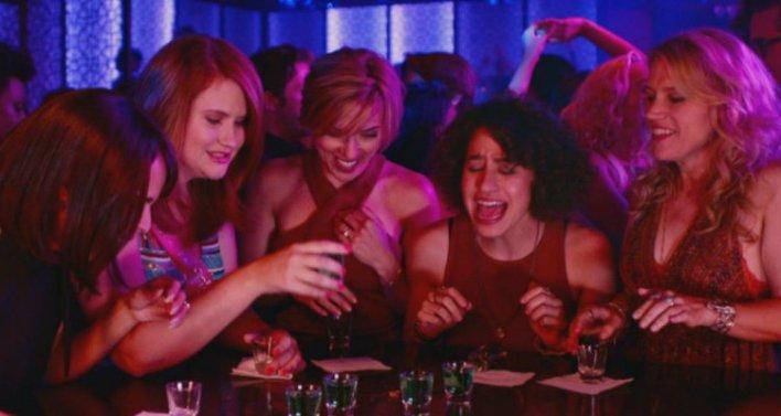 Zoë Kravitz, Jillian Bell, Scarlett Johansson, Ilana Glazer e Kate McKinnon, em A Noite É Delas (Rough Night)