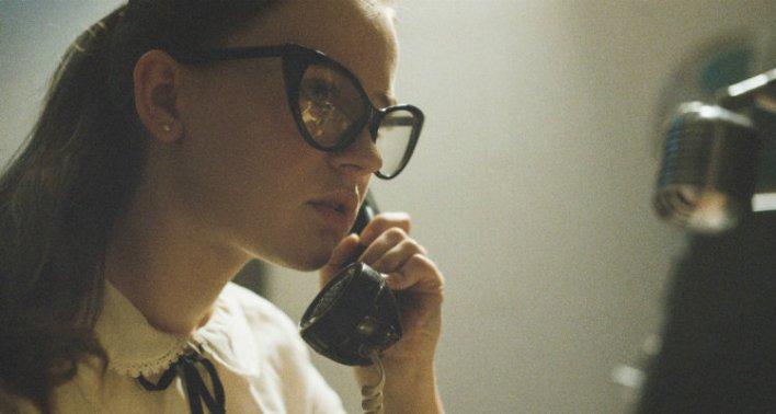 Sierra McCormick em A Vastidão da Noite (The Vast of Night, 2020) - Amazon Prime Video