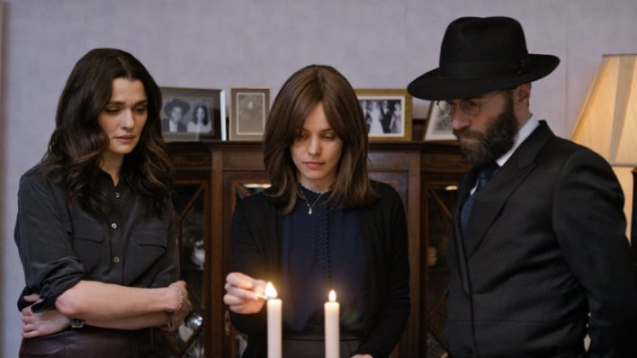 Rachel McAdams, Rachel Weisz e Alessandro Nivola em Desobediência