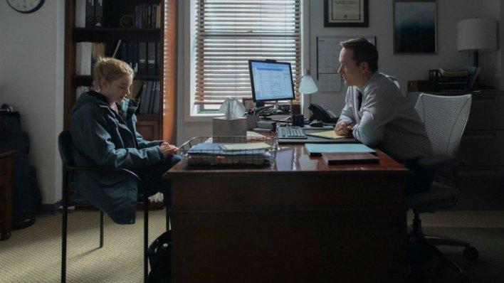 Julia Garner e Matthew Macfadyen em A Assistente
