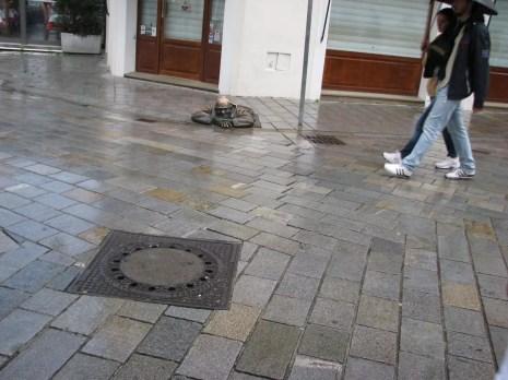 Piişt Dikkat et - Kanalizasyondan çıkan heykel adam - Bratislava Gezilecek Yerler
