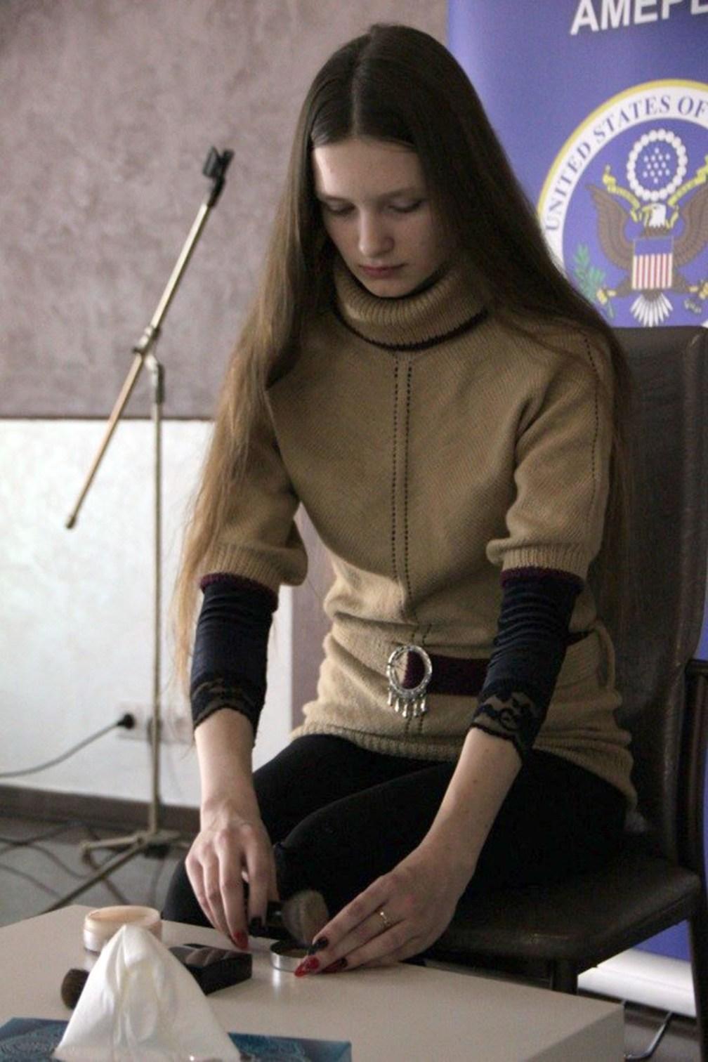 Кристина Кузьмицкая наносит макияж