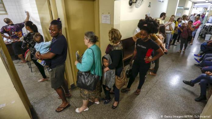 Pacientes na fila dos hospital