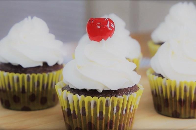 Cupcake de chocolate recheado, simples e fácil de fazer