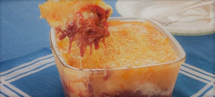 Escondidinho de mandioca, carne-seca e queijo