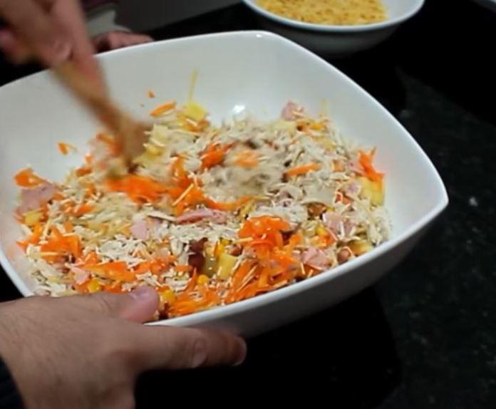 misturando ingredientes do salpicão