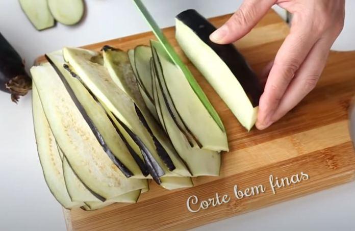 cortando berinjelas finas