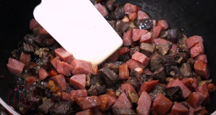 fritando linguiça e carne