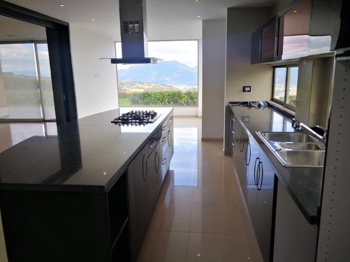Cocina y comedor auxiliar con vista Venta casa en Altos de Yerbabuena, en Chía