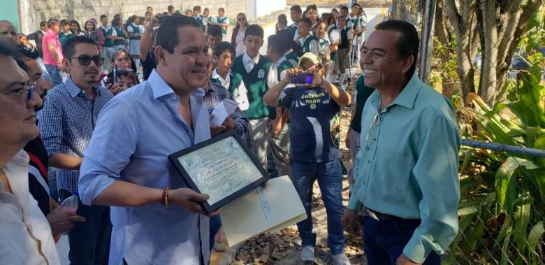 ESTUDIANTES DE LA TELESECUNDARIA DE LA COLONIA PEDRO AMARO YA CUENTAN CON CALLE DE ACCESO PAVIMENTADA 08