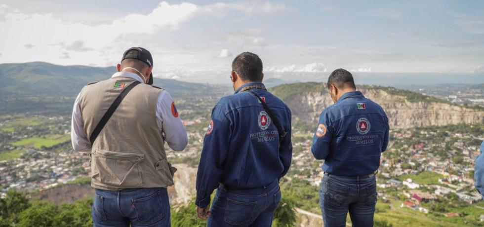 Autoridades de Protección Civil evalúan una grieta abierta en la Colonia Vista Hermosa de Jiutepec