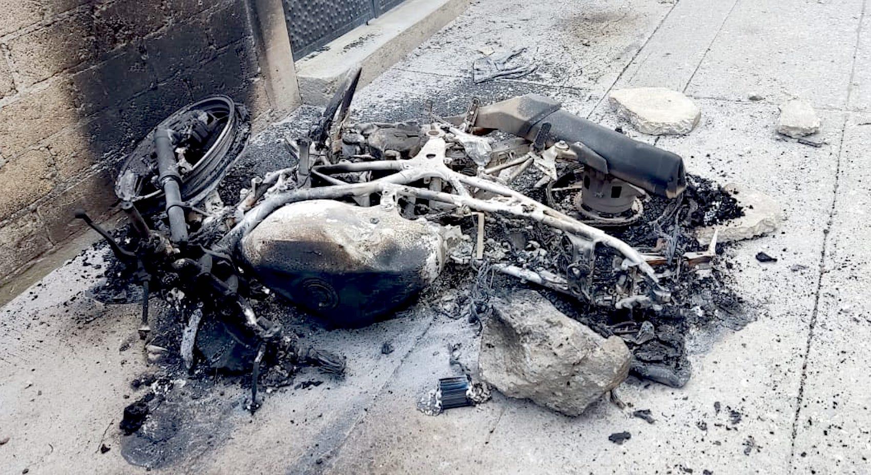 Motocicleta de policía quemada en Civac tras enfrentamiento