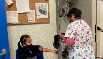 Niña atendida por una enfermera en el Hospital del Niño Morelense
