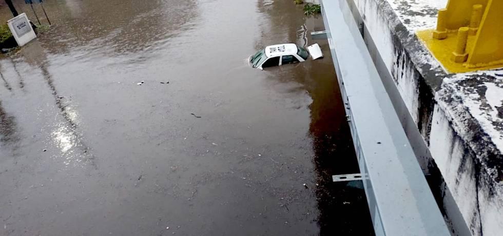 Un taxi fue atrapado por una inundación en Morelos