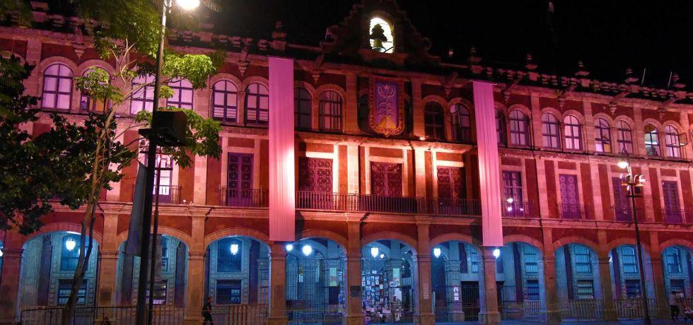 Iluminan de rosa Palacio de Gobierno de Morelos para visibilizar lucha contra cáncer de mama
