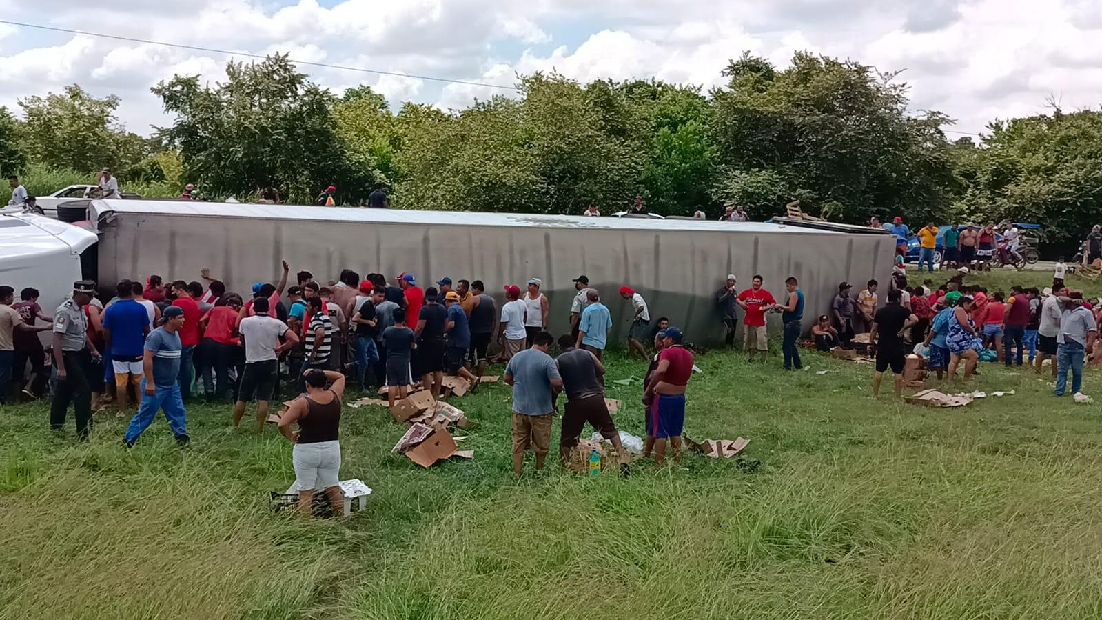 Pobladores roban mercancía de un tráiler volcado en Cárdenas, Tabasco