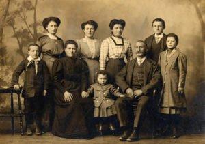 ALBUM DI FAMIGLIA: i legami familiari attraverso le generazioni
