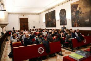 Il pubblico rivolge le proprie domande ai relatori