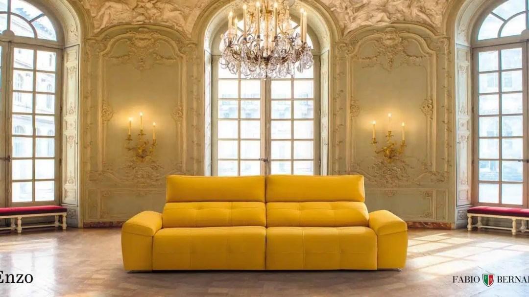 Pareja joven escogiendo su sofá en el outlet de CentroSofá