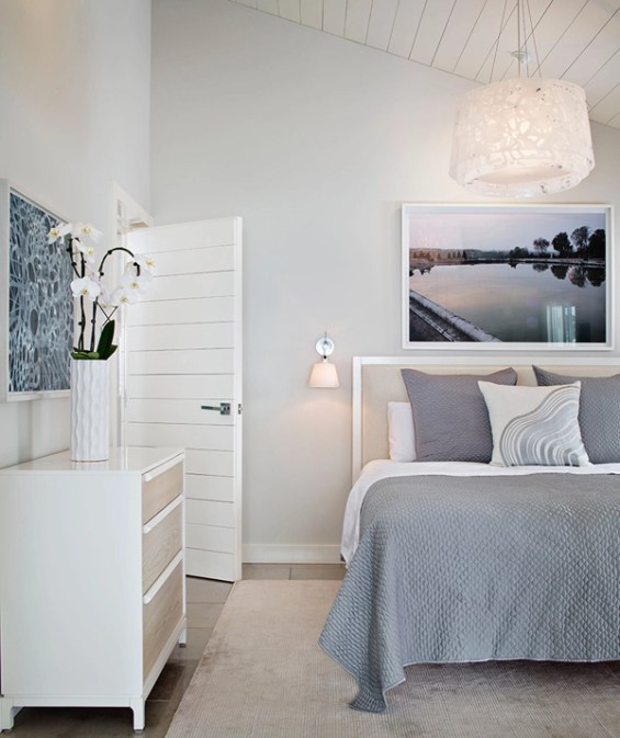 gris y ropa de cama blanca