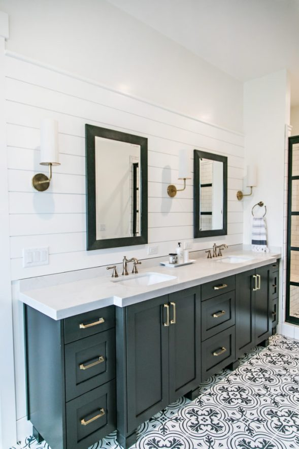 Mixing metal finishes in the bathroom centsational style - Black and chrome bathroom accessories ...