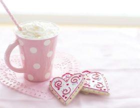Tasse rose et gâteaux en forme de cœur