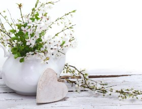 Fleurs blanches et cœur en bois